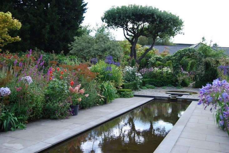helen-dillon-garden-in-ireland-with-reflecting-pool-gardenista