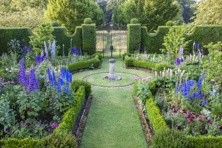 highgrove-prince-charles-sundial-garden-gardenista