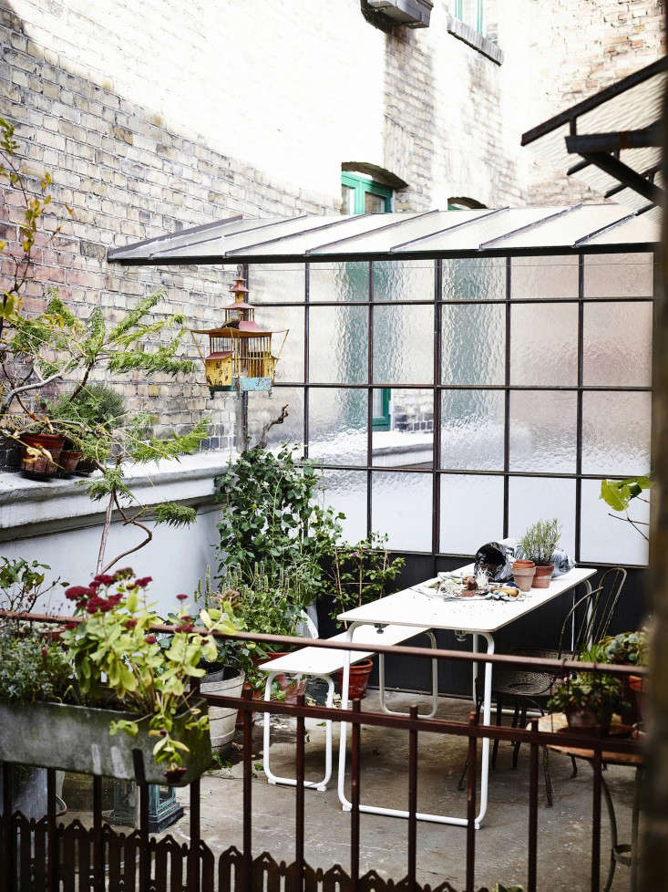 Steal this look urban terrace garden gardenista for Plantas jardin baratas