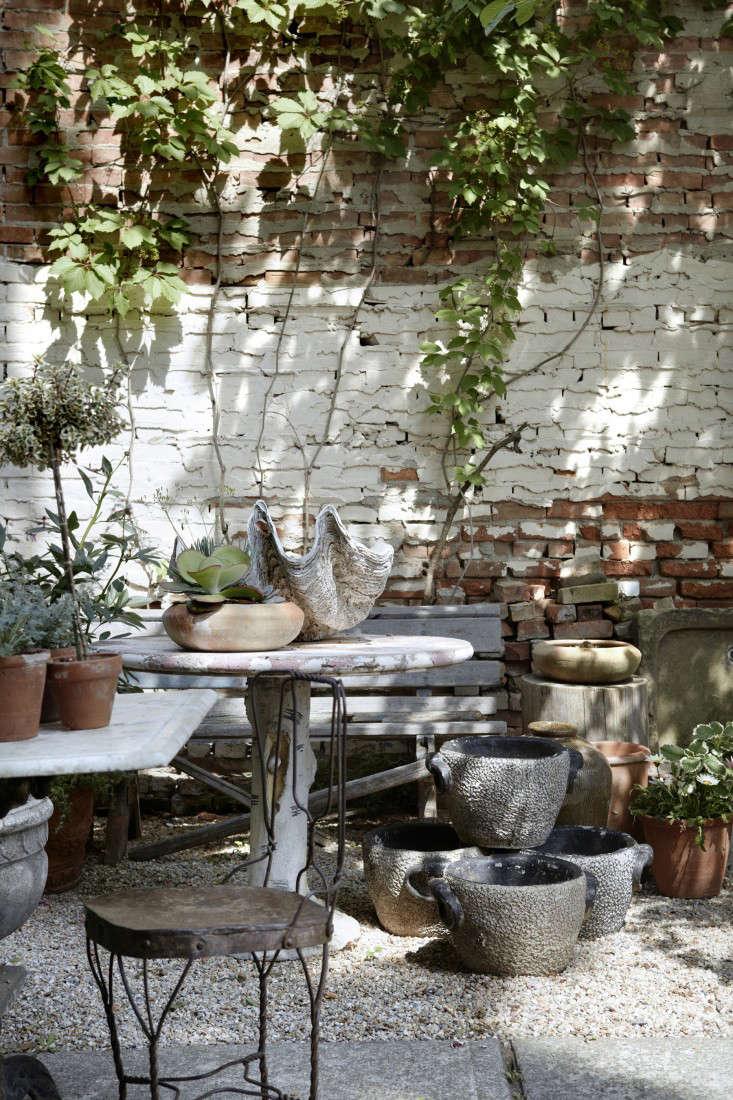 jocie-sinauer-red-chair-backyard-gardenista-1