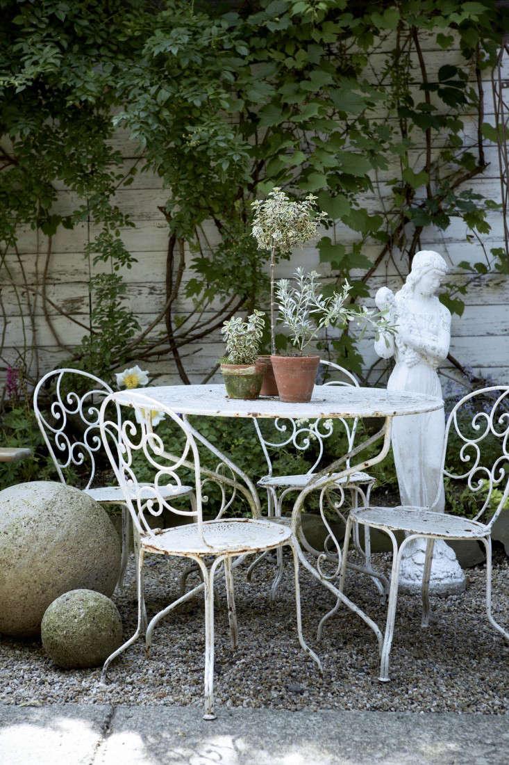 jocie-sinauer-red-chair-backyard-gardenista-3