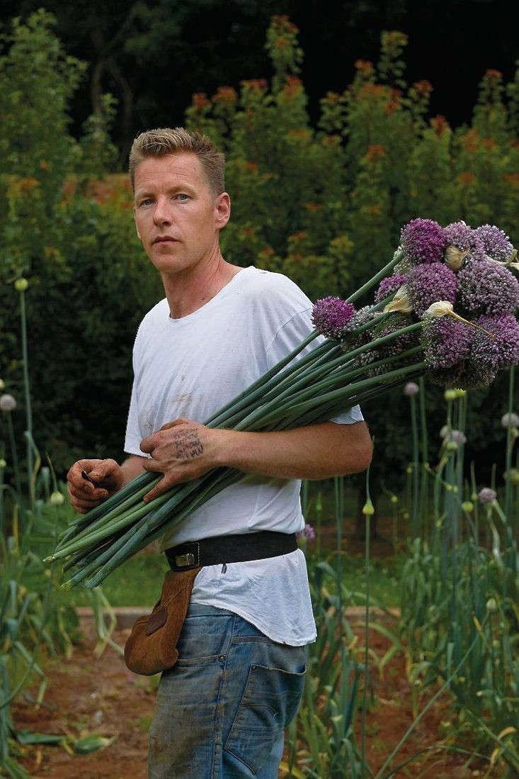 joost-bakker-garden-australia-alliums-gardenista