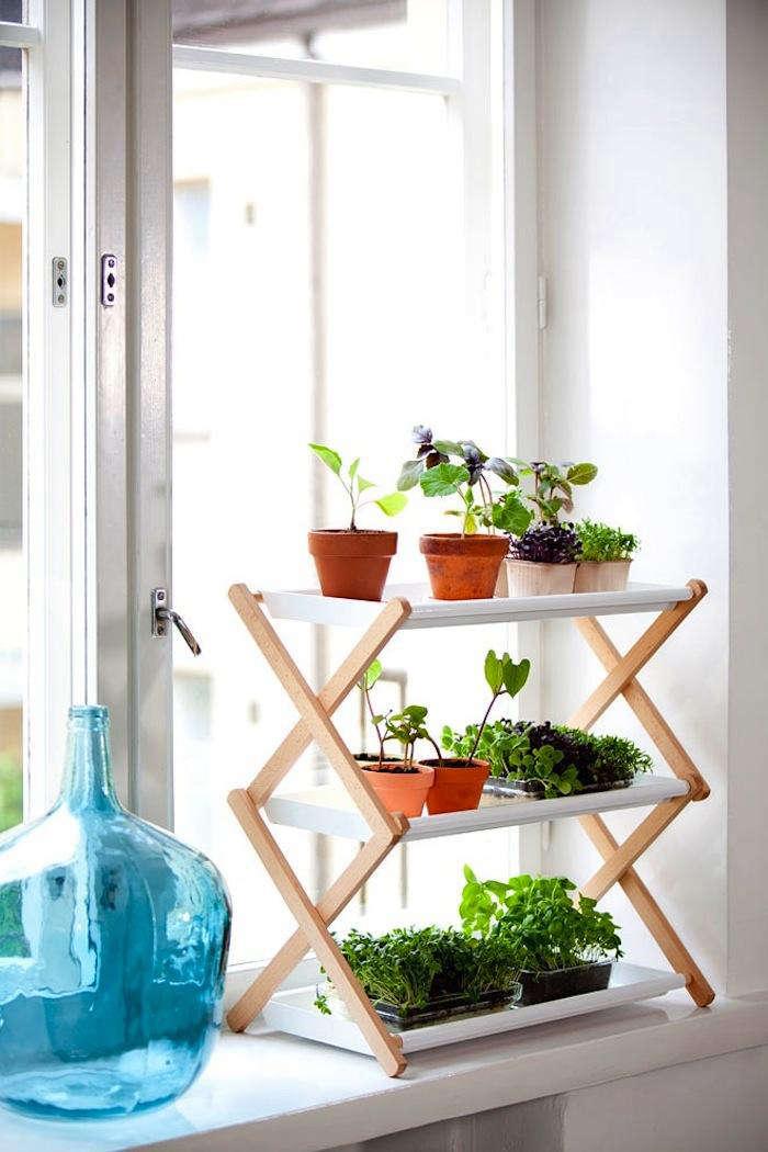 Space saving stepladder plant stands gardenista for Bancas de madera para jardin