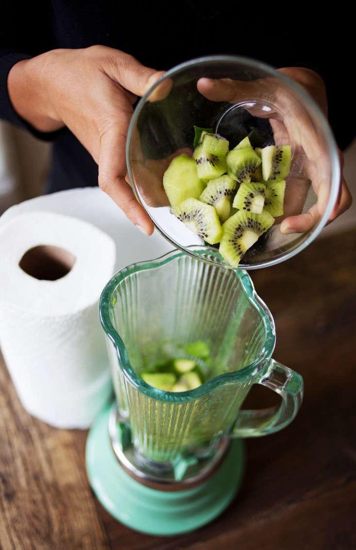 kiwi-in-green-smoothie-gardenista-7
