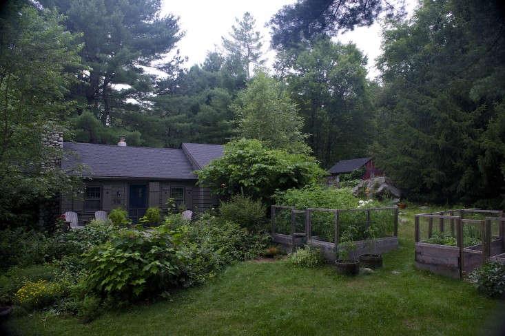 laura-silverman-front-yard-kitchen-garden-gardenista