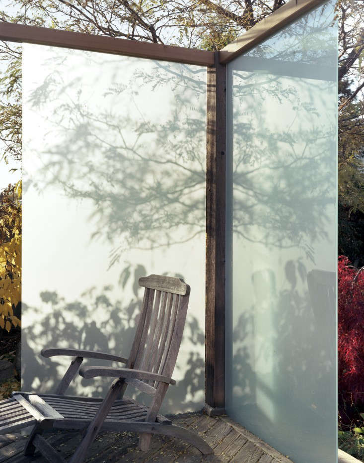 10 garden ideas to steal from canada gardenista for Garden decking glass panels