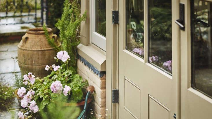 marston-langinger-charlbury-parchment-exterior-eggshell-gardenista