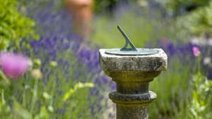 medieval-garden-alfriston-clergy-house-sundial-gardenista