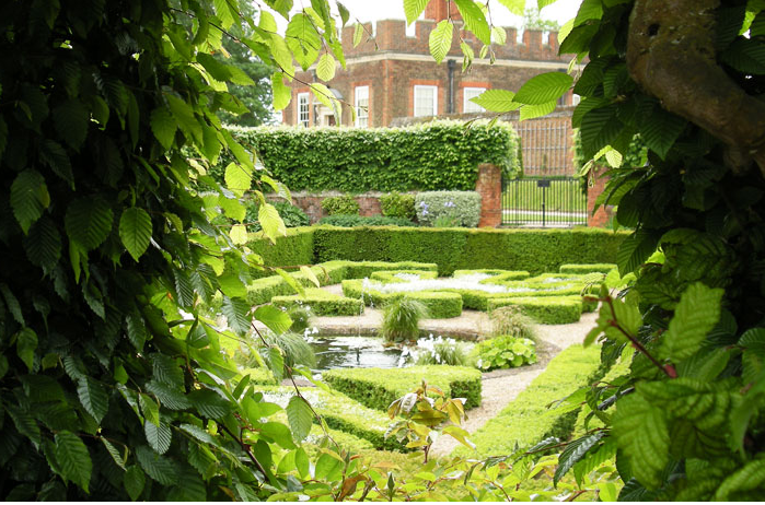 Wolf hall 12 garden ideas to steal from henry viii 39 s for Tudor knot garden designs