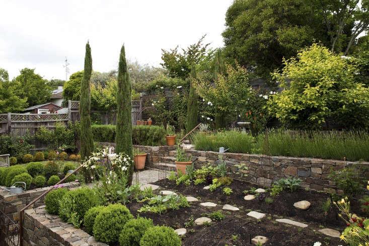 mediterranean-garden-linsteadt-8-gardenista