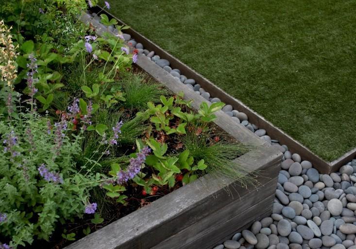Hardscaping 101 metal landscape edging gardenista for Landscape edging