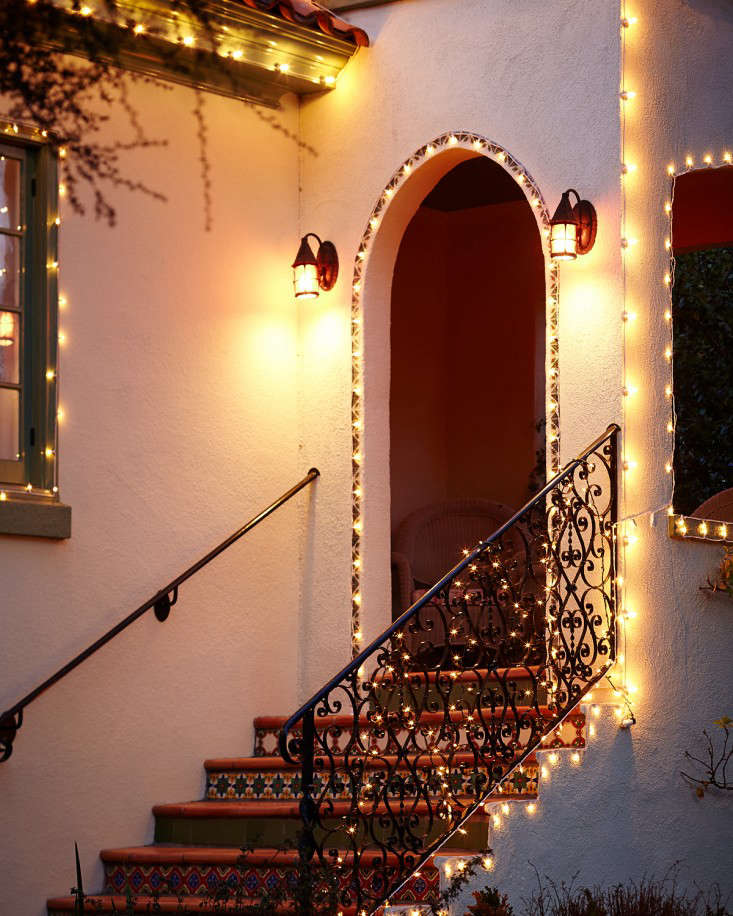 outdoor holiday string lights porch l Gardenista