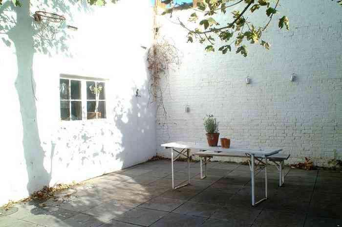 outdoor-beer-garden-table-gardenista