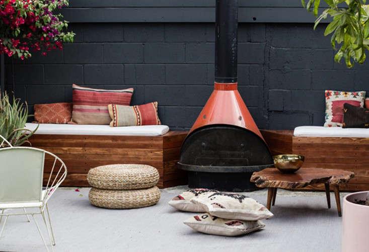 patio-lounge-built-in-benches-smittenstudio4-gardenista
