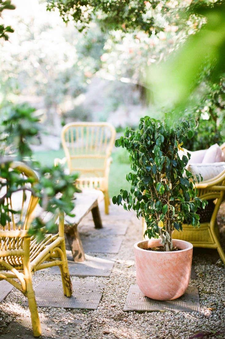 pea-gravel-patio-Kathleen-Whitaker-Echo-Park-Garden-Seating-Area-Gardenista-03