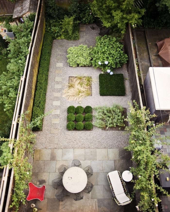 Low cost luxe 9 pea gravel patio ideas to steal gardenista Backyard designs with gravel