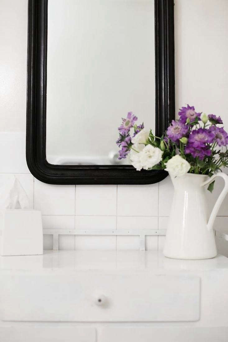 perfect-powder-room-purple-flowers-gardenista