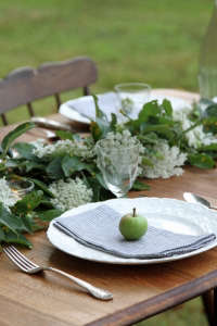 A Botanical Tablescape with Crabapple Branches and Queen Anne's Lace | Gardenista