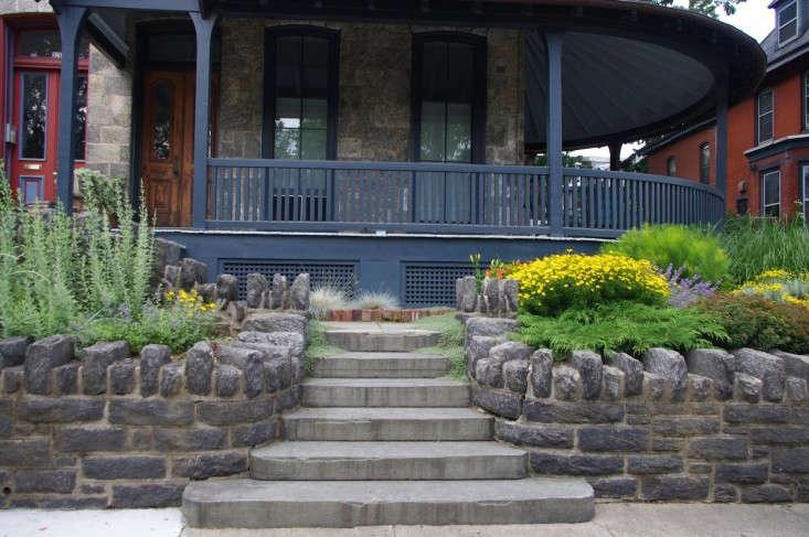 poweltonhouse-stoop-garden