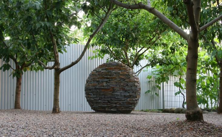 rehab-diary-eugene-oregon-sculptures-gravel-galvanized-metal-fence-gardenista