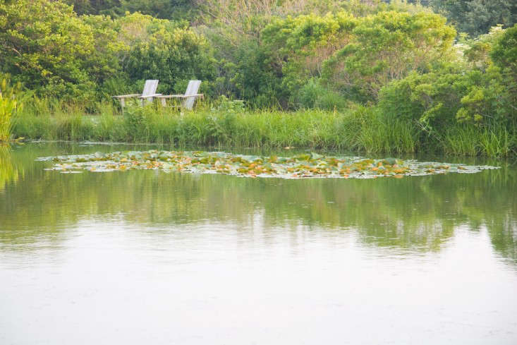 sagaponack-garden-norman-jaffe-laguardia-pond-adirondack-chairs-gardenista