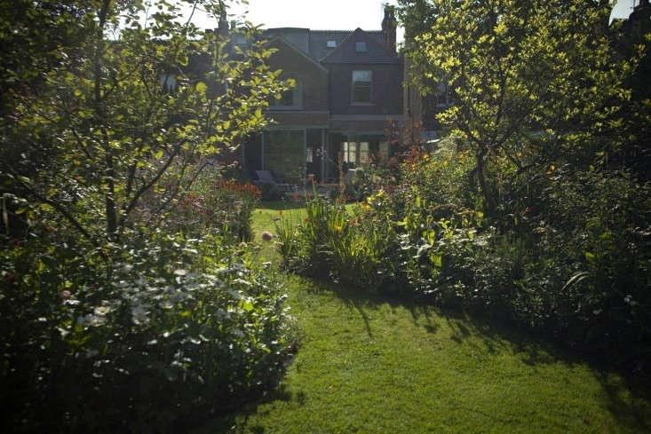 sam-mcknight-london-garden-jim-powell-gardenista-5