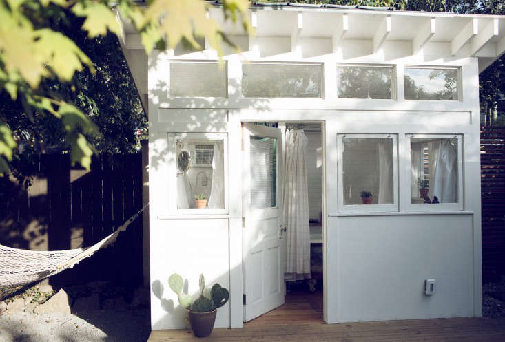 shasta-camper-designtripper-laura-dart-gardenista-bathhouse