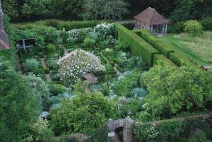 white-garden-sissinghurst-gardenista