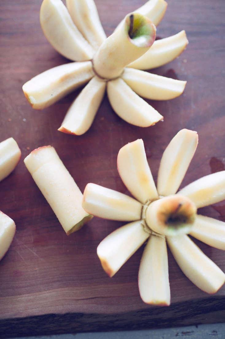 slicedapples_applecoconutcrumble_oliviaraejames_gardenista
