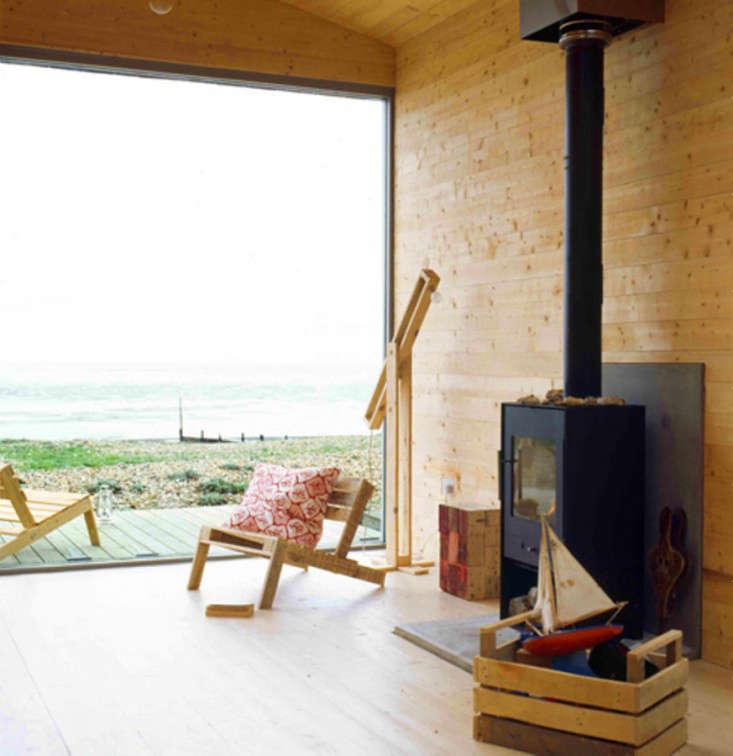 studiomama-pallet-chair-beach-house-gardenista