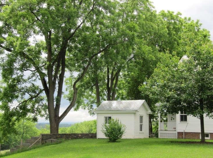 susan-wisniewski-hudson-valley-farmhouse-white-in-green-garden-gardenista