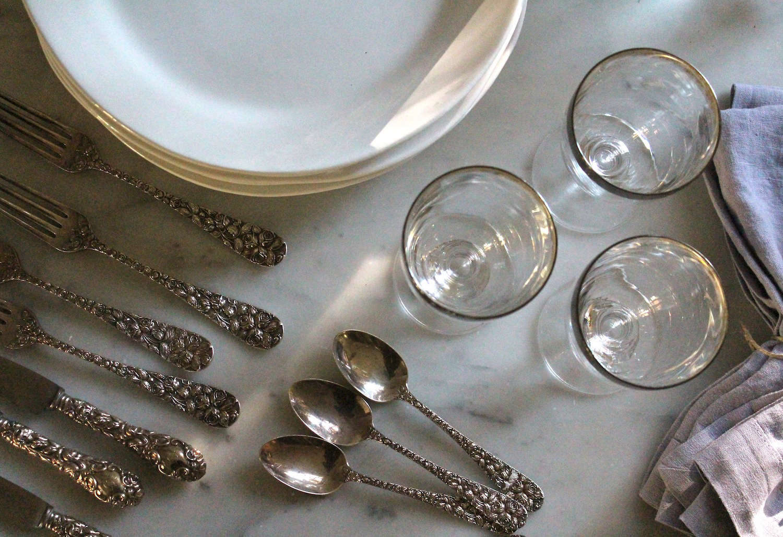 thanksgiving-tabletop-plates-silverware-gardenista