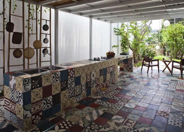 tiled-courtyard-garden-vietnam-a21studio-gardenista