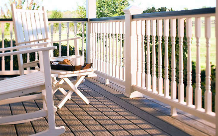 trex-transcend-railing-classic-white-colonial-spindles-porch