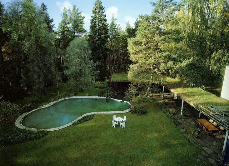 The new modernism 20 best minimalist swimming pools gardenista for Alvar aalto swimming pool jyvaskyla