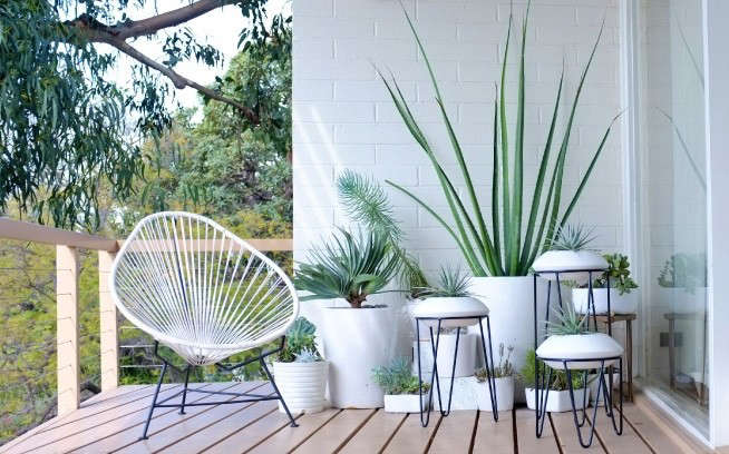 white-patio-pots-planters-stands-gardenista