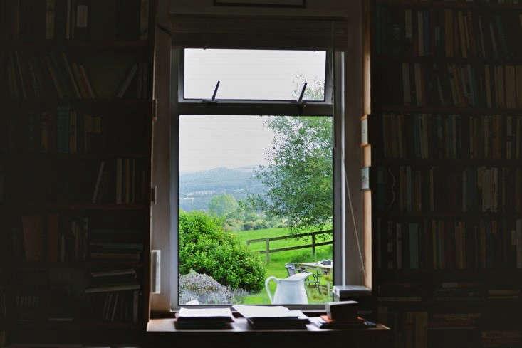 window-erica-vanhorn-garden-ireland-rincy-koshy-gardenista-9