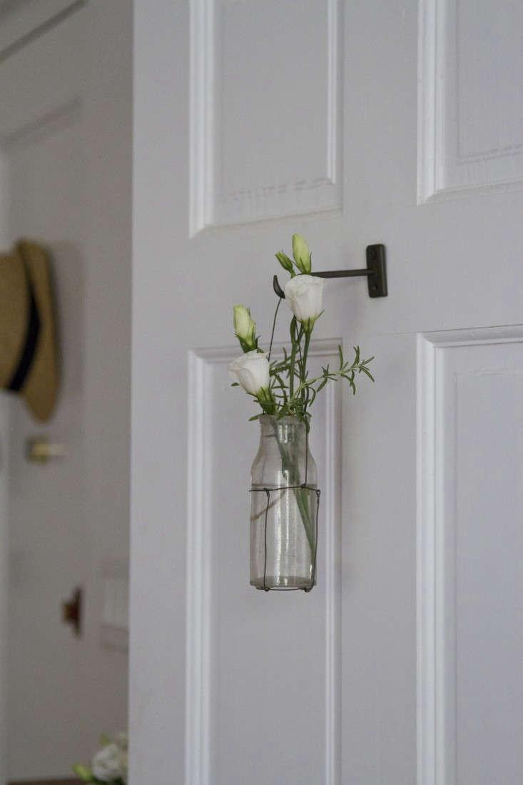 Small Space Diy Black Wire Hanging Vase Gardenista