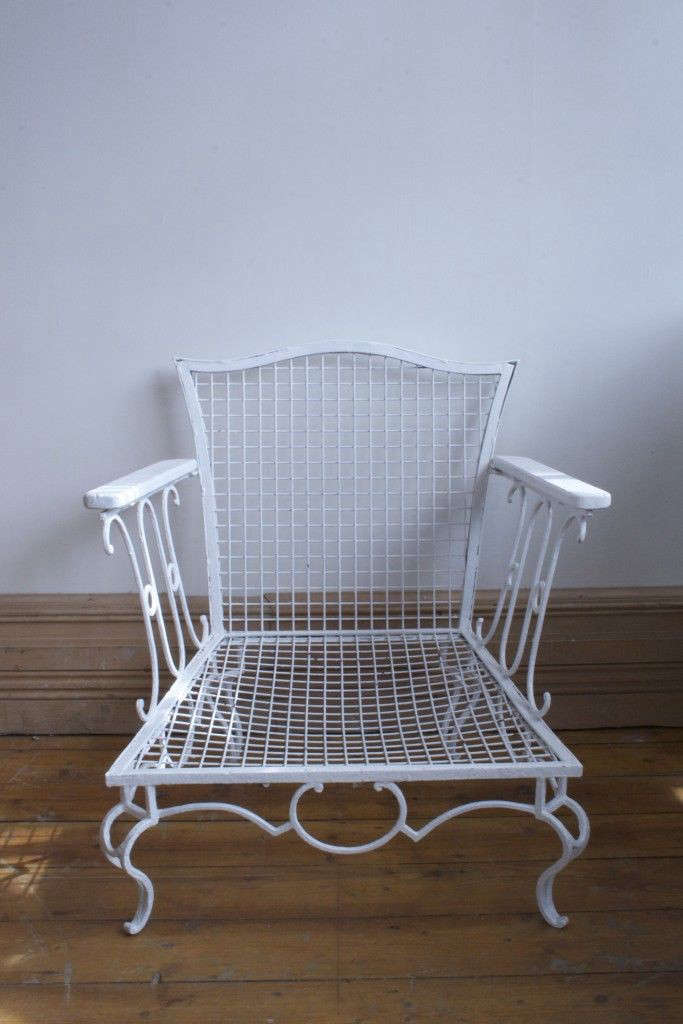 Vintage-metal-dog-chair-from-Agapanthus-Interiors-Gardenista_0