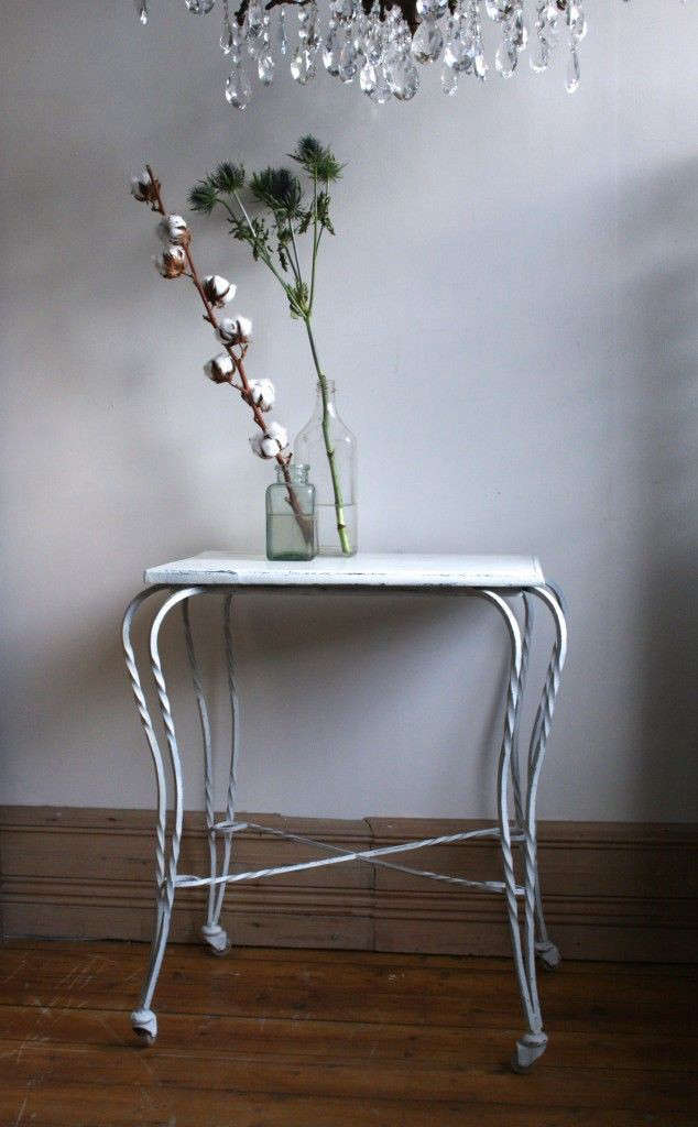 Wrought-iron-painted-side-table-Agapanthus-Interiors-Gardenista-2