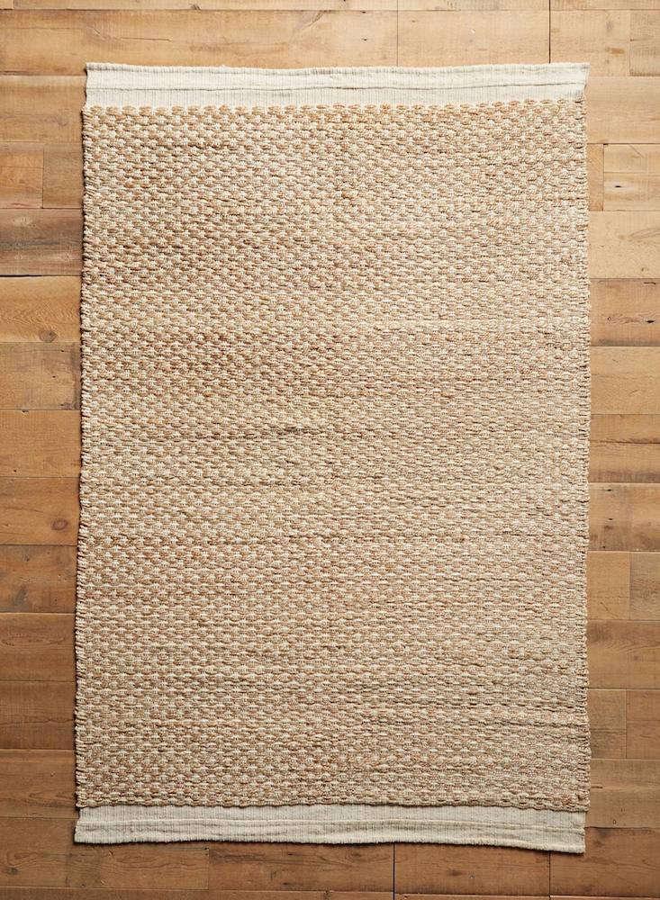 raw-edged-flatweave-rug-anthropologie-gardenista-1