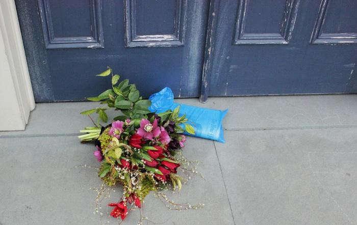 700_emily-thompson-flowers-door