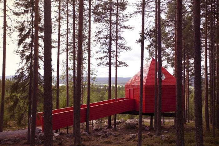 700_red-treehouse-with-ramp-gardenista