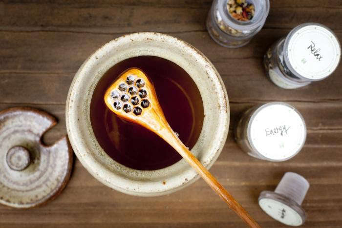 700_backyard-beekeeping-honey-jar-open