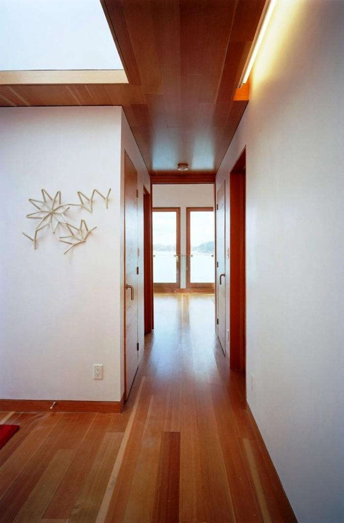 700_floating-house-cabin-hallway