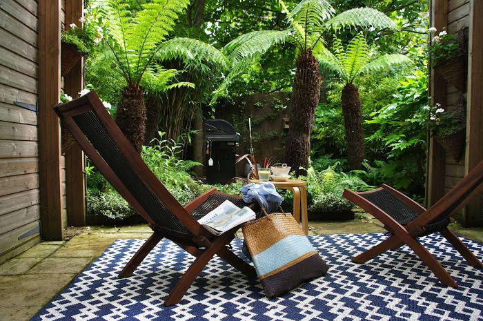 10 easy pieces graphic outdoor rugs gardenista - Tapis exterieur terrasse ikea ...