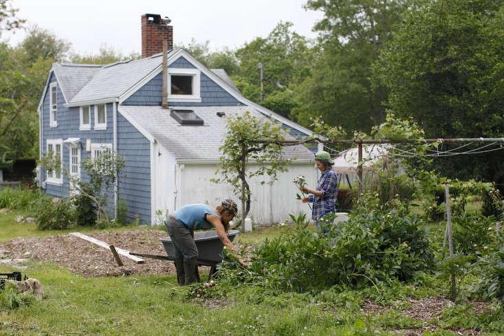 evas-garden-farmhands-christine-chitnis-gardenista
