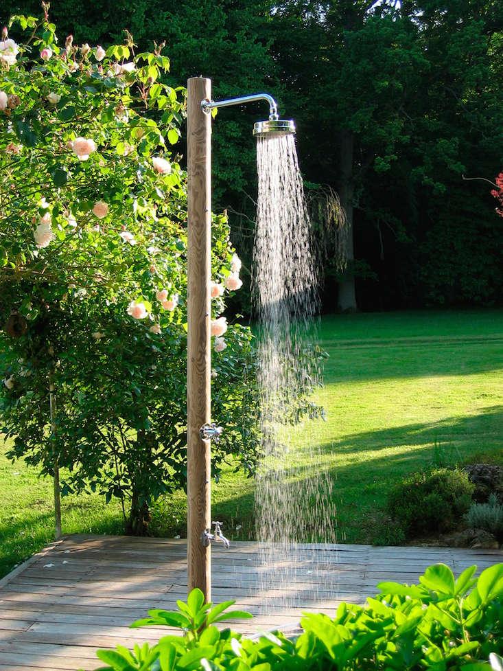 pilotis_outdoor_shower_gardenista
