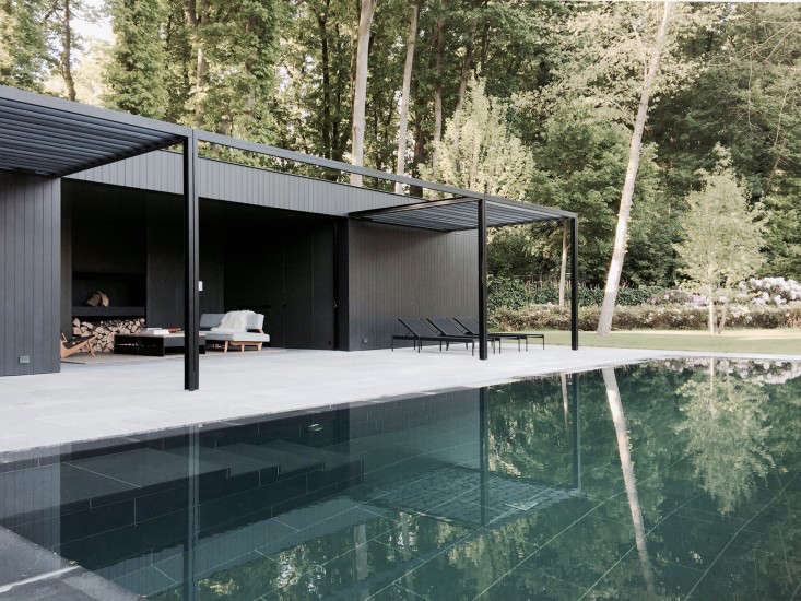 COPP_POOLHOUSE_02_Merckx_patio-deck-pergola_Gardenista