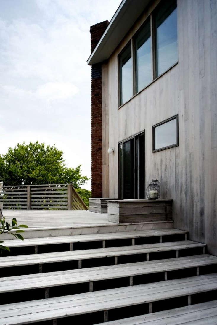 deck-cedar-stairs-horizontal-fence-Montauk-Beach-House-Space-Exploration-Remodelista-deck-gardenista